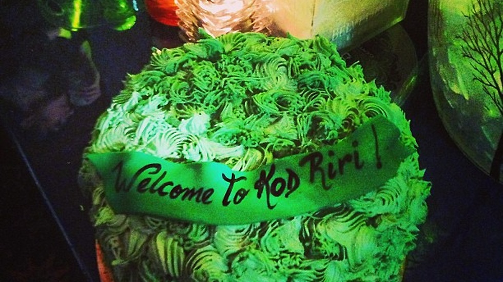 """K.O.D got me a #420 welcome #cake to pop my cherry! #whenwillyourfave"", skriver Rihanna."