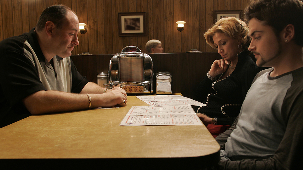 """Sista scenen i """"Sopranos"""". Tony Soprano med sin hustru Carmela Soprano och sonen Anthony Soprano Jr. """"It's good to be in something from the ground floor. I came too late for that and I know. But lately, I'm getting the feeling that I came in at the end. The best is over."""""""